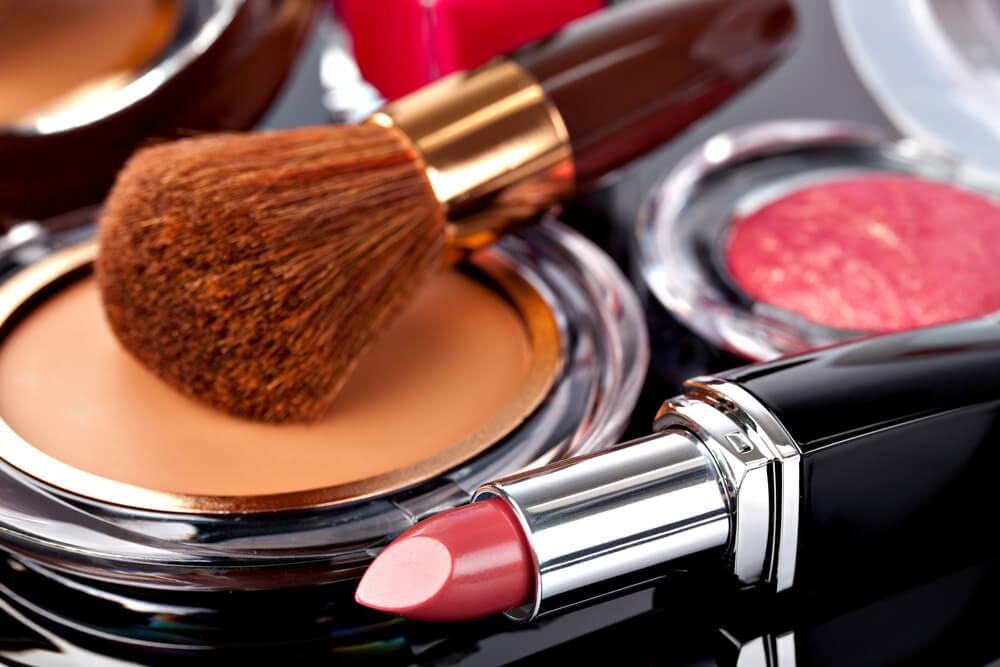 Pędzel do makijażu, puder i szminka